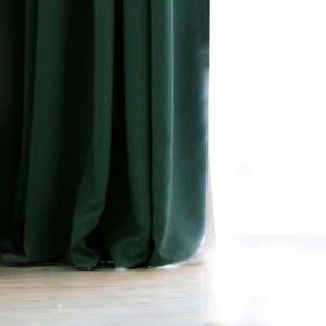 Zelený závěs DecoKing Pierre, 140 x 270 cm