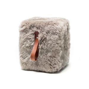Světle šedý hranatý puf z ovčí kožešiny s hnědým detailem Royal Dream, 45x45cm