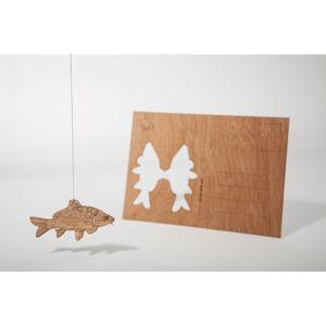 Dřevěná pohlednice Formes Berlin Kapr, 14,8 x 10,5 cm